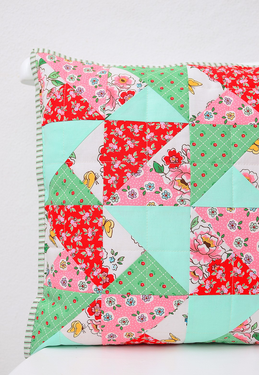 How to make a simple quilted pillow - a free quilt pattern and tutorial